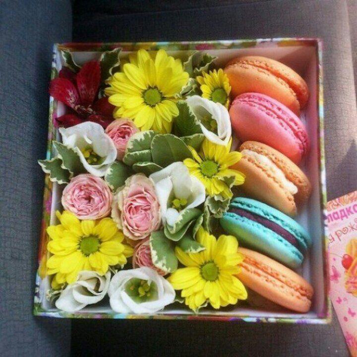 Коробка с макарунами и цветами своими руками