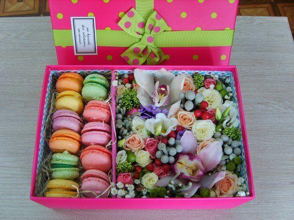 Цветы в коробке с печеньем